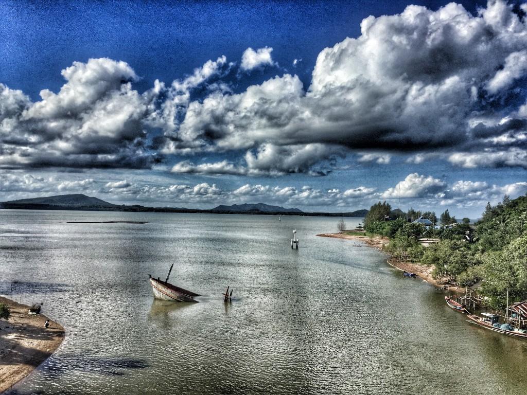 Meeresbucht, Wolken, Schiffswrack