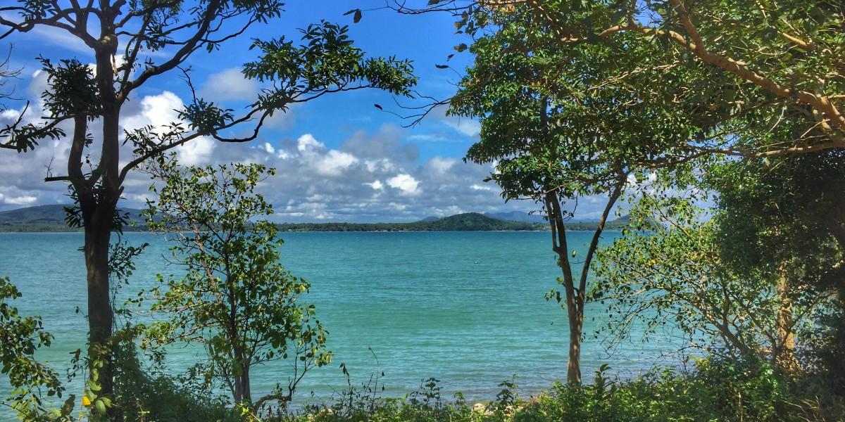 Bucht Meer Bäume Wolken Überwintern in Chumphon Thailand