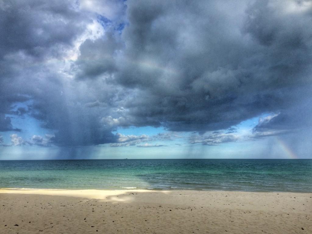 Wolken Meer Strand Regen in Chumphon Thailand