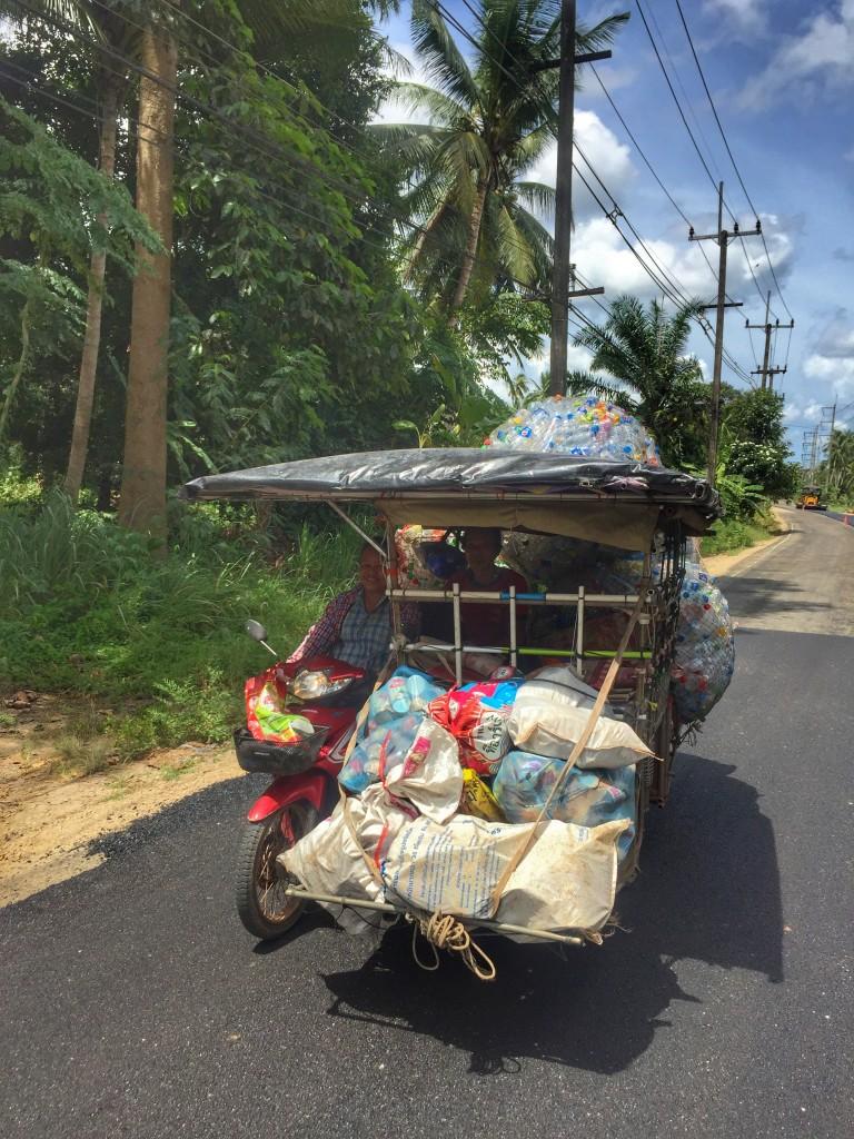 Saläng Moped mit Beiwagen sammeln Plastikflaschen