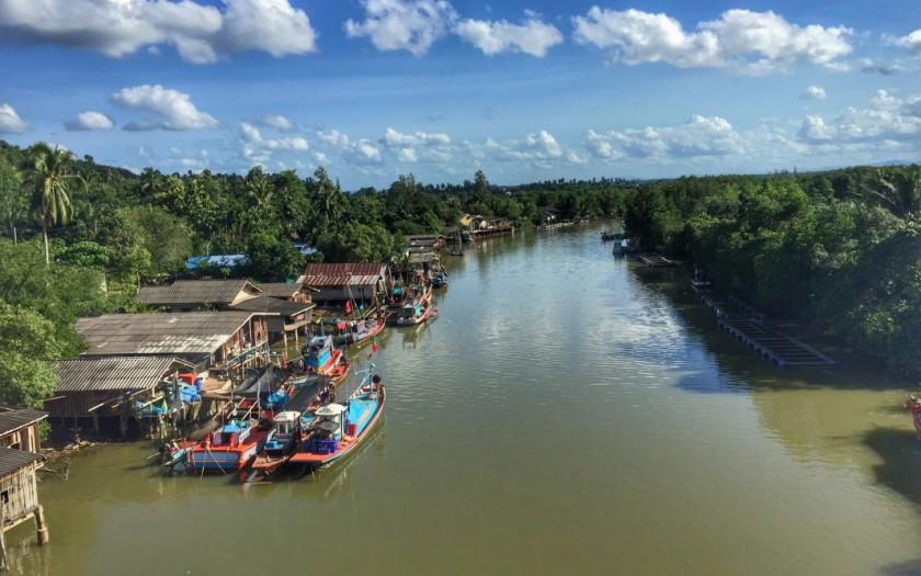 Meereskanal, Fischerboote, Wolken, Himmel, Mangroven. Wohnen und leben in Chumphon Thailand