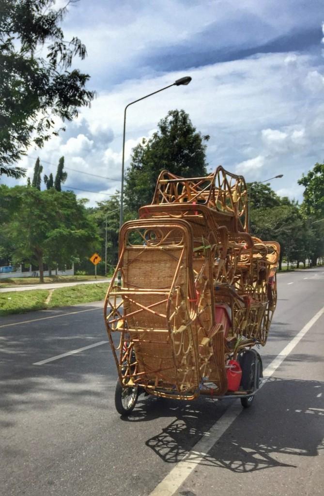 Saläng Moped mit Beiwagen, Transport von Rattanliegen