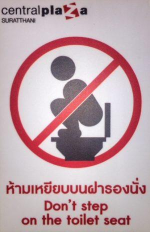 Hinweisschild nicht auf Toilettensitze steigen, same same thailand