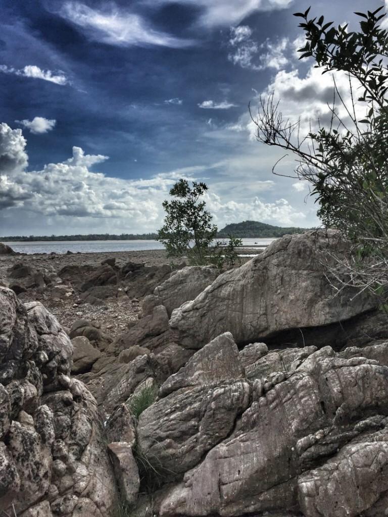 Felsiger und steiniger Strand, Meer in Chumphon, Thailand