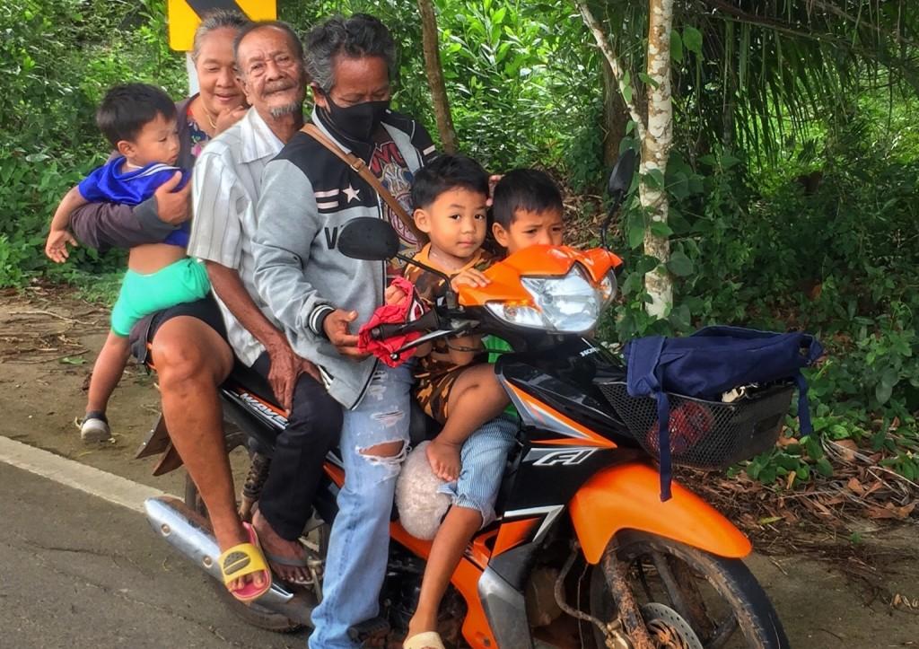 3 Kinder 3 Erwachsene auf einem Moped in Chumphon Thailand