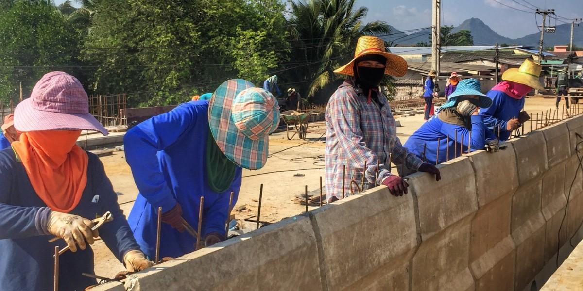 Frauen bei Brückenbau in Chumphon Thailand, Diskriminierung und Politische Korrektheit fehl am Platz