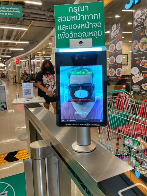 Corona Maske und Temperatur Messung Supermarkt Thailand