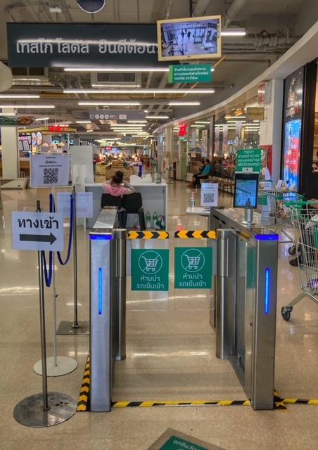 Covid-19 Maske und Temperatur Messung Supermarkt Thailand
