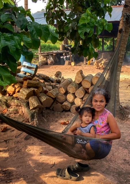 Oma mit Enkelin in der Hängematte Chumphon Thailand