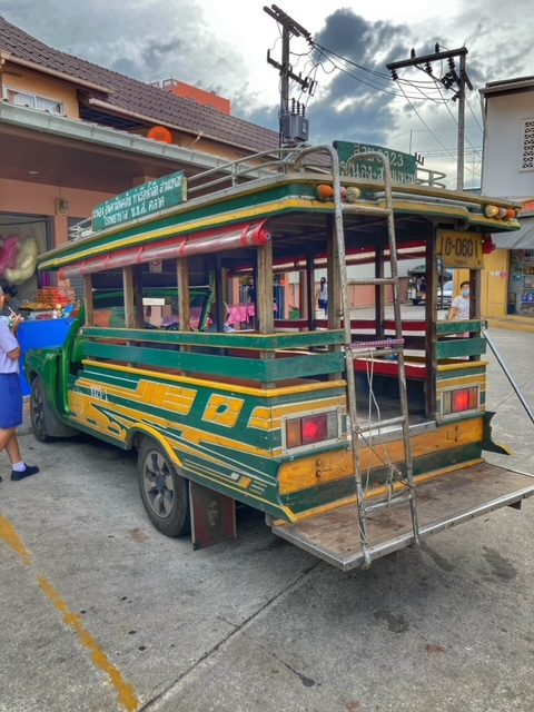 typische Holzbusse in Ranong