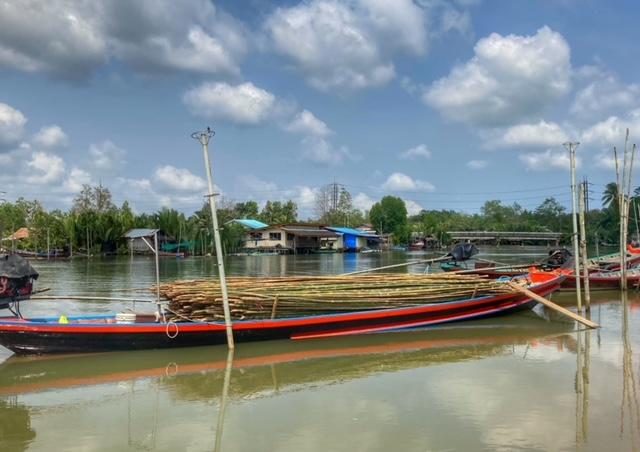 Boot mit Bambus für Muschelzucht