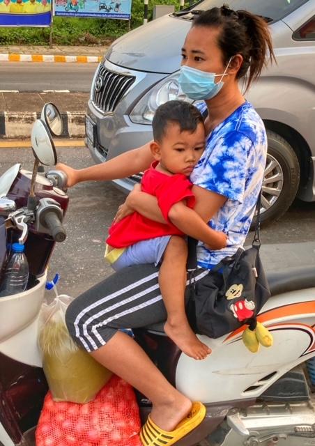 Mutter Kind Großeinkauf Moped Chumphon, same same Thailand