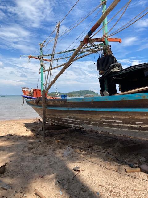 Bootreparatur am Strand Chumphon Thailand
