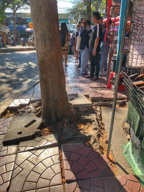 Typischer Gehweg in Thailand, wer will dort wandern