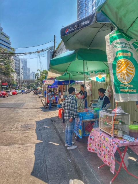 Typischer Gehweg in Thailand, zum Gehen ungeeignet