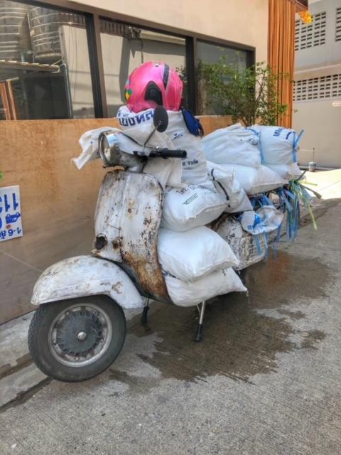Bangkok Moped beladen mit Eissäcken