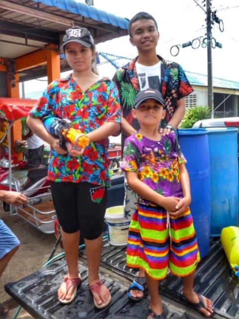 Fertig für die Wasserschlacht während Songkran