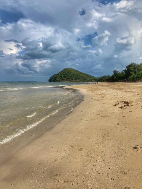 Sehenswürdigkeit Cabana Strand mit schönen Wolken, Chumphon Thailand
