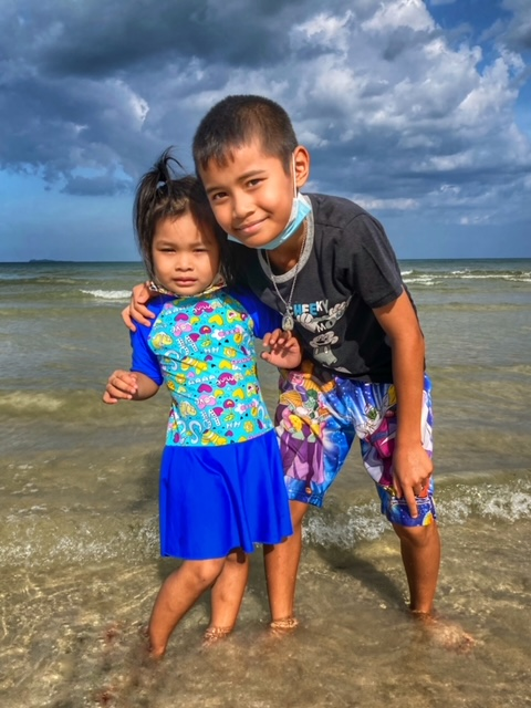 Neffe und Enkelin, Ausflug zum Cabana Strand Chumphon Thailand