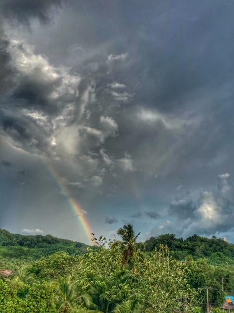 Regebogen Wolkenspiel über Dschungel und Plantagen, Chumphon Thailand