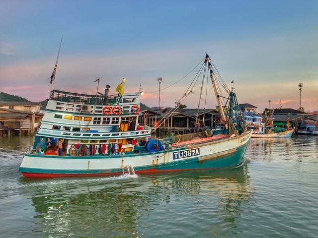 Ein Fischerboot im Hafen von Chumphon