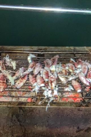 Fangfrisch gegrillte Tintenfische auf dem Boot