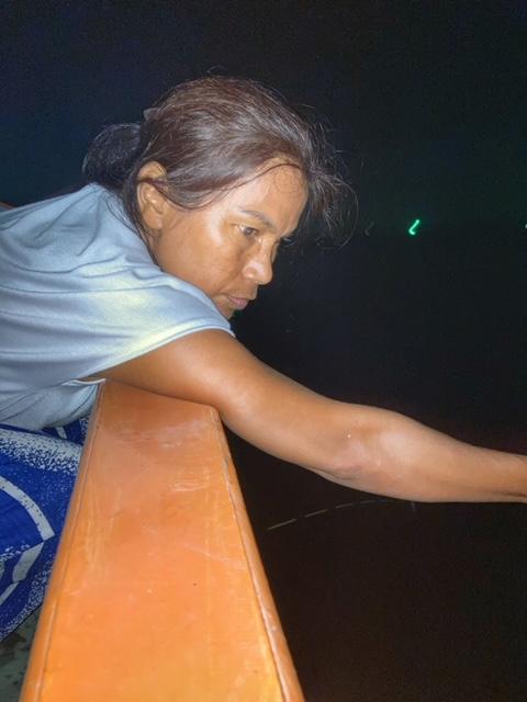 Konzentration beim angeln von Tintenfisch in Chumphon Thailand
