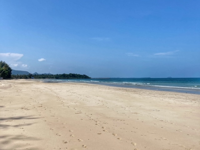 einsamer feiner Sandstrand Chumphon Thailand