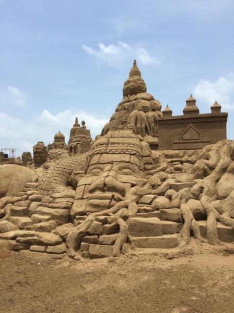 Sandkunststück an der Uferpromenade von Pak Naam Chumphon
