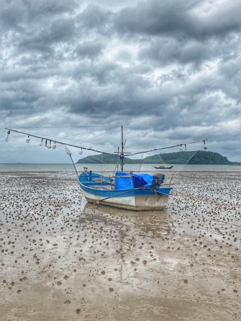 Fischerboot bei Ebbe, Pak Naam Chumphon Thailand