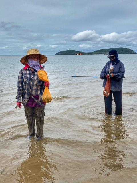 Fischerinnen suchen Muscheln Pak Naam Chumphon